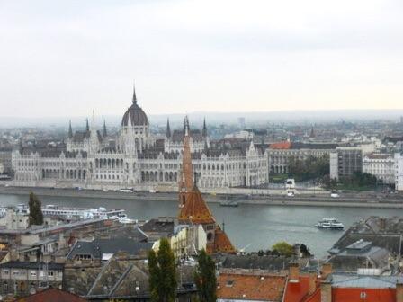 Parlement de Budapest vu des hauteurs de la ville