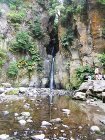 Vue sur la cascade de Salto Cabrito Açores Sa Miguel