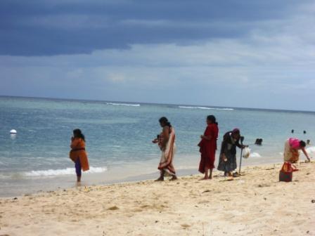 Hindous lors de la fête du Ganga Asnan à l'Ile Maurice